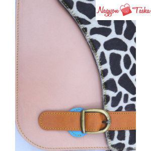 A nephele bags jellemző színkombinációival készült kézitáskája: állatminta és halvány rózsaszín.